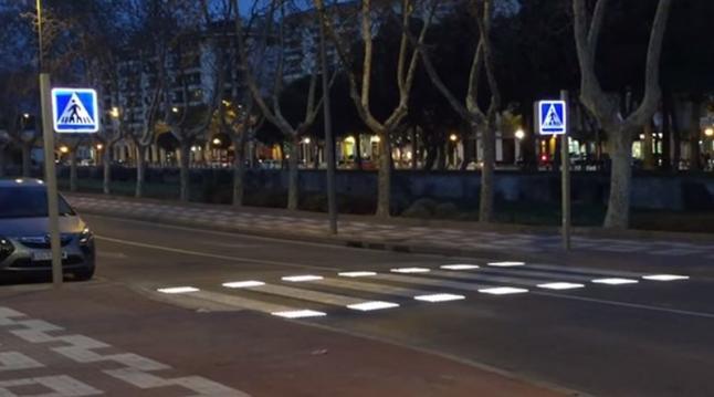 El-pas-de-vianants-intelligent-que-sillumina-quan-creuen-vianants-arriba-a-Espanya